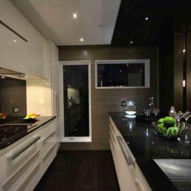 Cuisine au ligne pure et chic,  un décor moderne avec armoires laquées haut de gamme.