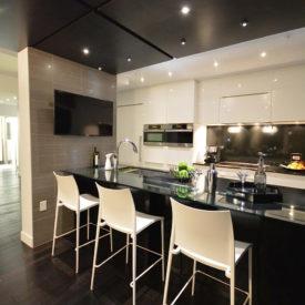 Cuisine au ligne pure et chic,  un décor moderne avec armoires laquées haut de gamme. Déco unique en son genre!