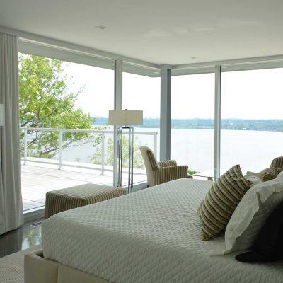 Le design intérieur d'une chambre vue sur le fleuve
