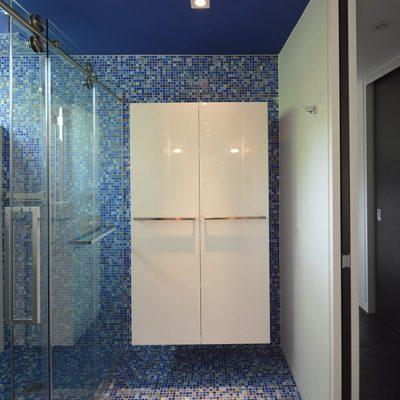 Salle d'eau en céramique bleu